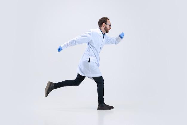 젊은 과학자, 화학자 또는 의사의 초상화는 제약 연구실에서 화학 연구를 수행합니다.