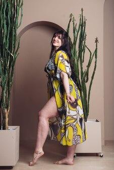 Портрет молодой сексуальной женщины в легкой одежде летом