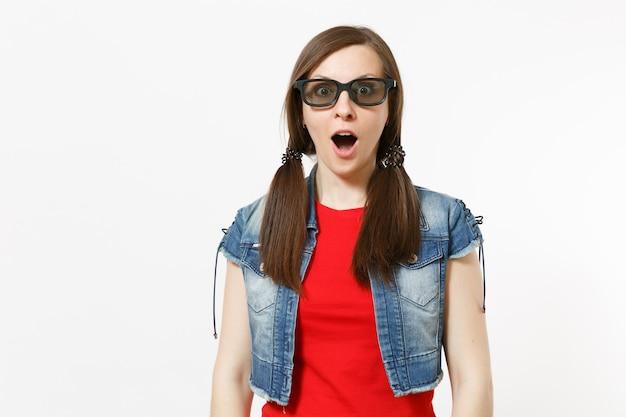 Портрет молодой шокированной привлекательной брюнетки с открытым ртом в 3d-очках и повседневной одежде, смотрящей фильм, фильм, изолированный в студии на белом фоне. эмоции в концепции кино.