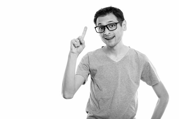 흑인과 백인 흰색에 고립 된 안경을 쓰고 젊은 마른 괴상 한 남자의 초상화