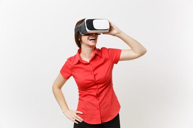 Портрет молодой умной деловой женщины в красной рубашке, черной юбке в гарнитуре виртуальной реальности на голове, изолированной на белом фоне. образование или обучение будущего в концепции университета средней школы.