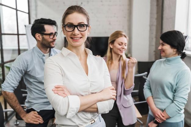 Портрет молодых смайликов бизнесменов во время встречи