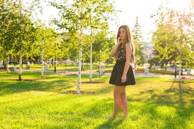 Портрет молодой улыбающейся красивой женщины. макро портрет свежей и красивой молодой фотомодели, позирующей на открытом воздухе