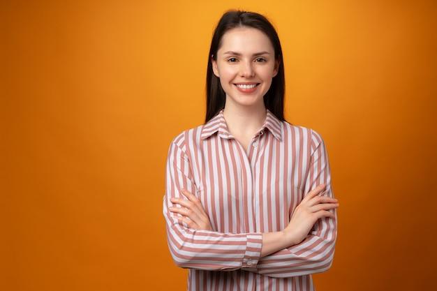 Портрет молодой улыбающейся брюнетки в студии