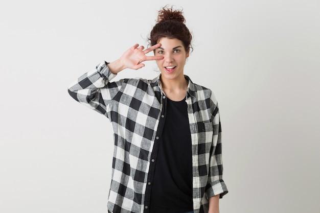 市松模様のシャツポーズ分離、感情的な若い笑顔幸せな流行に敏感なきれいな女性の肖像画
