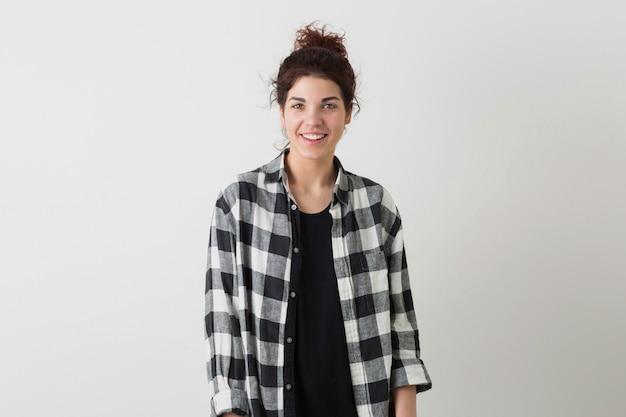 分離されたポーズの市松模様のシャツで若い笑顔幸せな流行に敏感なきれいな女性の肖像画
