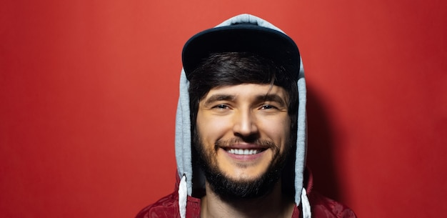 후드 스웨터와 모자를 입고 젊은 미소의 초상화