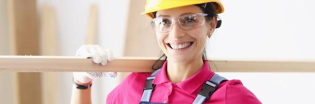 若い笑顔の女性ビルダー大工の肖像画