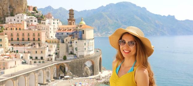 イタリアのアマルフィ海岸、アトラーニ村でサングラスをかけた若い笑顔の女性の肖像画