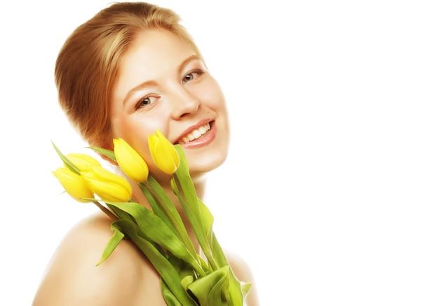 黄色のチューリップと笑顔の若い女性の肖像画