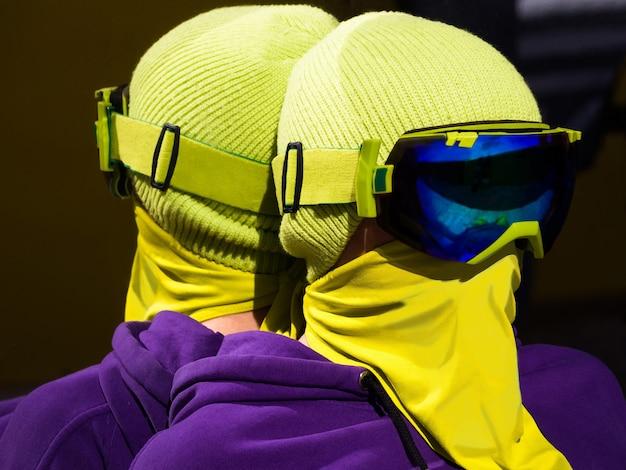 스키 고글과 얼굴 마스크를 쓴 젊은 스노보더나 스키의 초상화. 거울 반사