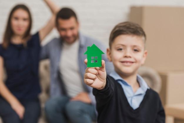 Портрет маленького сына с игрушкой