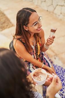 アイスクリームコーンを食べる若いスペインの女性の肖像画