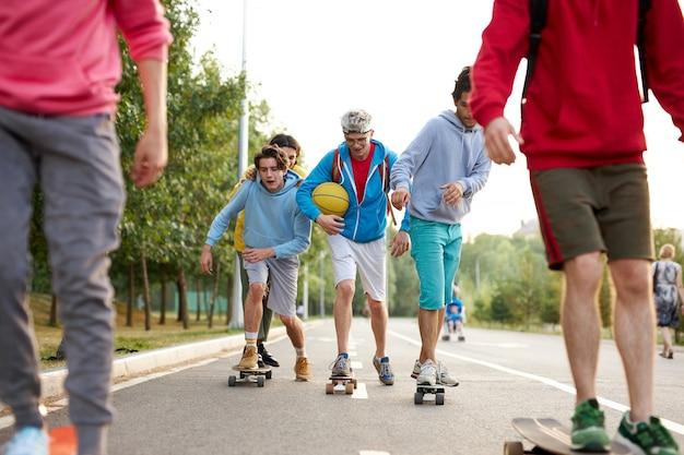스케이트 보드와 청소년의 젊은 낚시를 좋아하는 팀의 초상화