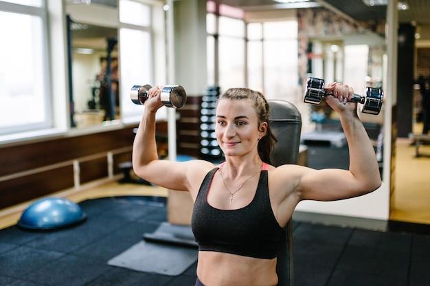 スポーツとフィットネスに従事する若いスポーティな女の子の肖像画