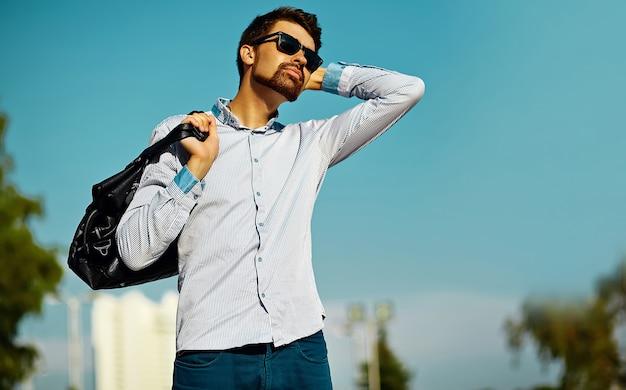 거리, 라이프 스타일에 가방 hipster 천으로 젊은 세련된 자신감 행복 잘 생긴 모델 남자의 초상화
