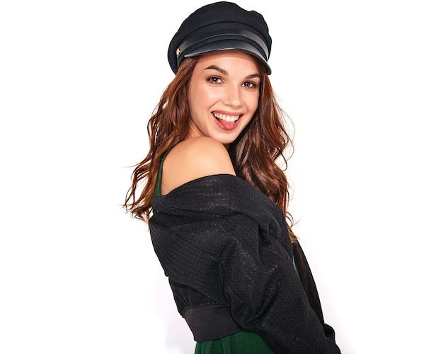 흰색에 자연 화장과 모자에 검은 캐주얼 여름 옷에 젊은 세련된 웃음 모델의 초상화