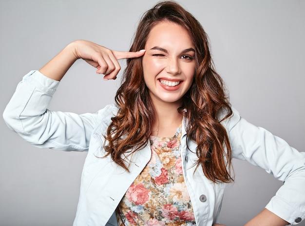 회색에 자연 화장과 화려한 캐주얼 여름 옷에 젊은 세련된 웃음 모델의 초상화
