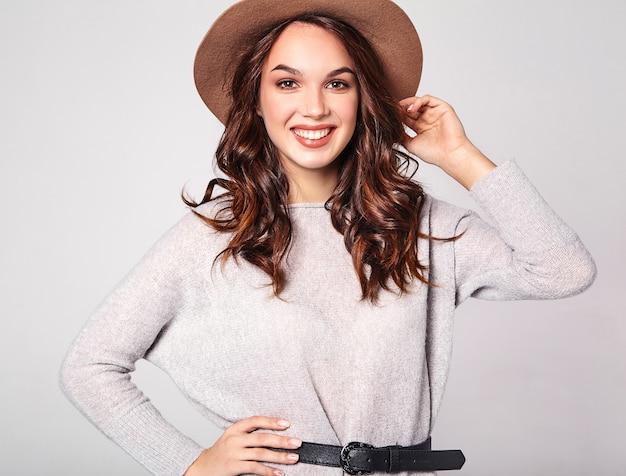 자연 메이크업 갈색 모자에 회색 캐주얼 여름 옷에 젊은 세련된 웃음 모델의 초상화