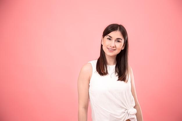 Портрет молодой стильной женщины с улыбкой на лице