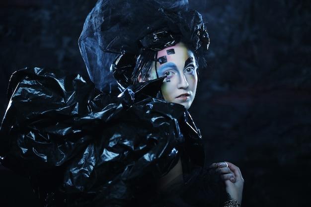 創造的な顔を持つ若い様式の女性の肖像画