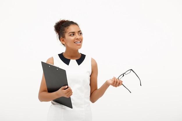 白の若い成功したアフリカビジネス女性の肖像画