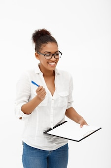흰 벽에 젊은 성공적인 아프리카 비즈니스 여자의 초상화