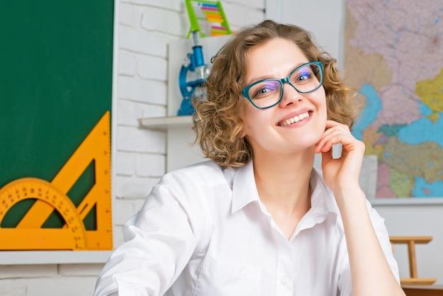 学校の教室で若い教師や学生の肖像画