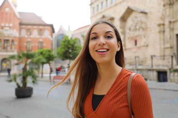 Портрет молодой туристической женщины, посещающей город валенсия, испания
