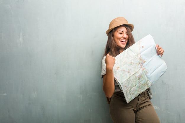 Портрет молодой женщины латинской путешественник на стене очень счастлив и взволнован