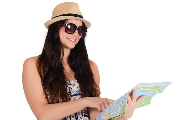 Портрет молодой женщины путешественника, глядя на карту