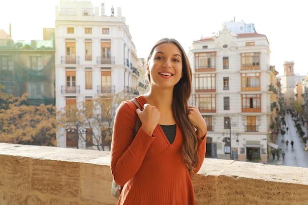 スペイン、ヨーロッパ、バレンシアの街を訪れる若い旅行者の女性の肖像画。