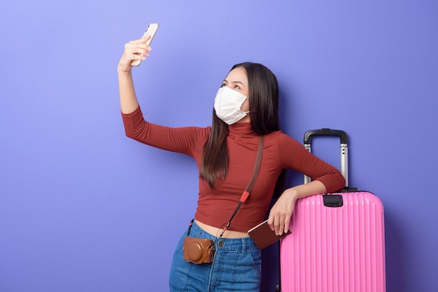 얼굴 마스크, 새로운 정상적인 여행 컨셉으로 젊은 여행자 여자의 초상화