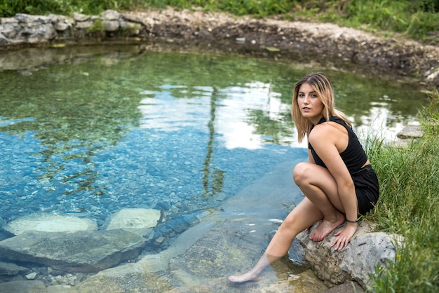젊은 우크라이나 여자의 초상화는 강에서 휴식