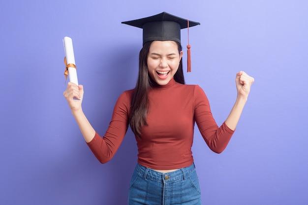 Портрет молодой женщины университета с крышкой на фиолетовый