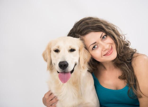 若い女性とゴールデンレトリバー犬の肖像画
