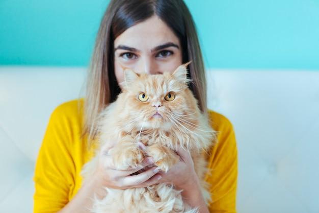 若い女性と健康な猫の肖像画