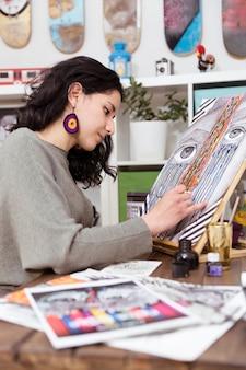 絵を描く若い女性アーティストの肖像画。