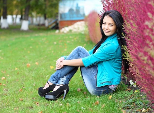 屋外で若い女性の肖像画。