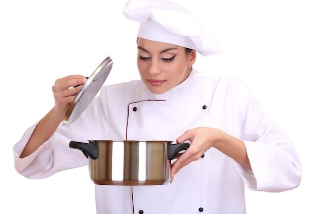 Портрет шеф-повара молодой женщины со сковородой, изолированной на белом