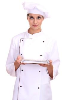 Портрет шеф-повара молодой женщины с подносом, изолированным на белом