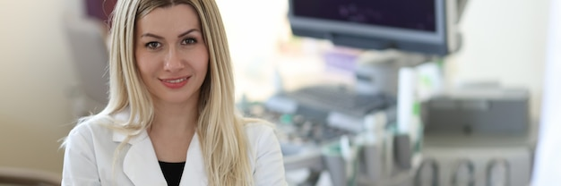 患者と診療所で若い女性医師超音波検査士の肖像画