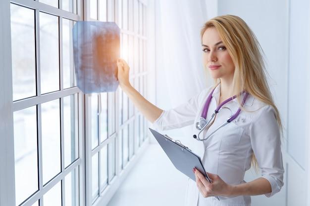 聴診器とx線、日光と若い女性医師の肖像画
