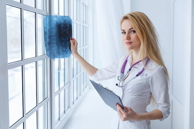 청진 기 및 엑스레이와 젊은 여자 의사의 초상화.