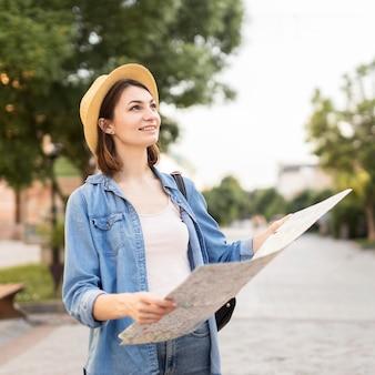 旅行を楽しんでいる若い女性の肖像画
