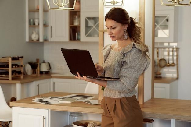 노트북에 집에서 일하는 젊은 여자 프리랜서의 초상화