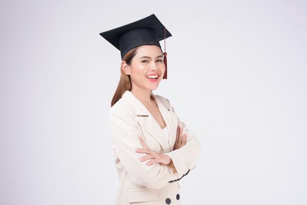 Портрет молодой женщины окончил на белом фоне