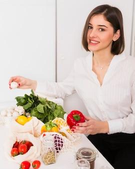 Портрет молодой женщины счастливы с продуктами