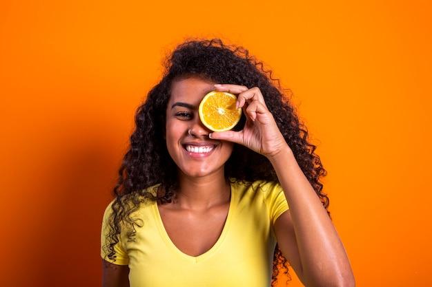 그녀의 눈에 오렌지를 들고 젊은 여자의 초상화. 여성 모델