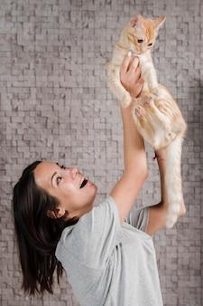 家族の猫を保持している若い女性の肖像画